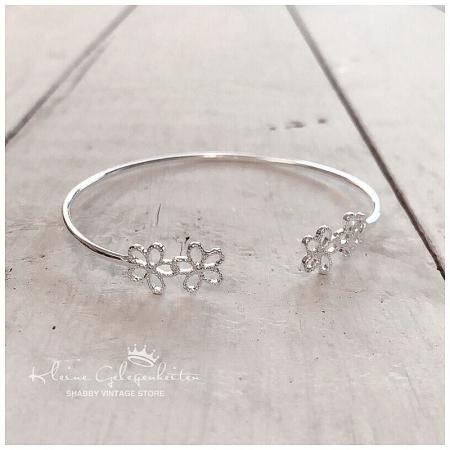 Joma Jewellery ArmReifen mit Blüten in Silber